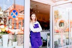 Работающий на самого себя предприниматель молодой женщины магазина флориста стоковое изображение rf