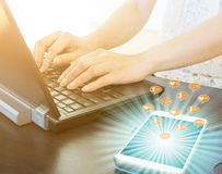 Работающ на компьютере и иметь сообщение для того чтобы войти сообщение, подобия, следующих и общее дела социальных средств массо стоковые изображения