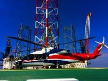 Работающ оффшорный, вертолет приземлился на снаряжение, море, изменяя стоковое изображение rf
