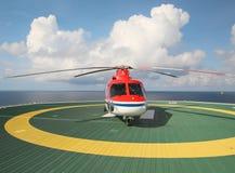 Работающ оффшорный, вертолет приземлился на снаряжение, море, изменяя стоковая фотография