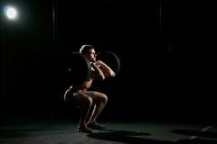 работающ пригодность его вода тренировки отражения человека Человек делать сидит поднимает с весами стоковые изображения