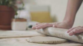 Работающ с глиной, изготовлять продуктов глины горшечник видеоматериал