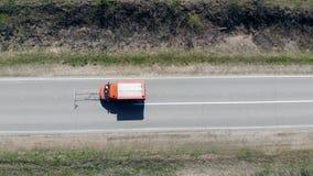 Работая автомобиль управляет на новой дороге, отмечать майны с краской акции видеоматериалы