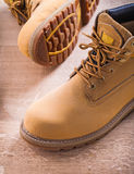 2 работая ботинка близко вверх по взгляду на деревянной доске Стоковые Изображения