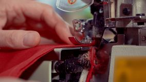 Работая деталь макроса швейной машины игла двигает и шьет ткань вырезывание материала на a сток-видео