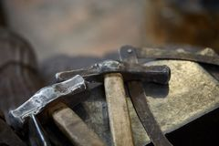 Работая инструменты металла в мастерской ` s кузнеца, конце-вверх, селективном фокусе, никто Стоковое Изображение RF