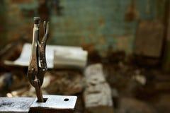 Работая инструменты металла в мастерской ` s кузнеца, конце-вверх, селективном фокусе, никто Стоковые Фотографии RF