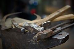 Работая инструменты металла в мастерской ` s кузнеца, конце-вверх, селективном фокусе, никто Стоковые Фото
