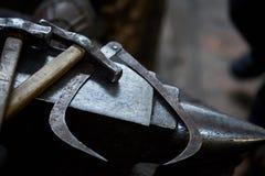 Работая инструменты металла в мастерской ` s кузнеца, конце-вверх, селективном фокусе, никто Стоковые Изображения
