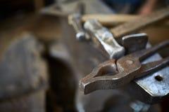 Работая инструменты металла в мастерской ` s кузнеца, конце-вверх, селективном фокусе, никто Стоковое Фото