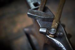 Работая инструменты металла в мастерской ` s кузнеца, конце-вверх, селективном фокусе, никто Стоковое Изображение