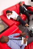 Работая команда спать на софе Стоковые Фотографии RF