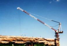 Работая краны с высокими зданиями под конструкцией стоковое изображение rf