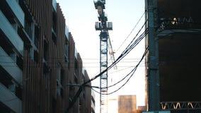 Работая кран башни Вися провода на переднем плане промышленно стоковое изображение rf