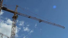 Работая кран на строительной площадке в лете акции видеоматериалы