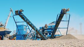 Работая машина задавливает камни в щебень на карьере Концепция горнодобывающей промышленности акции видеоматериалы