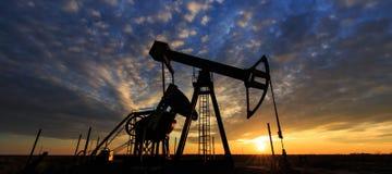 Работая нефтяная скважина нефти и газ Стоковое Фото