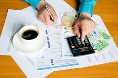 Работая документ писчей бумаги ручки руки бизнесмена Стоковая Фотография
