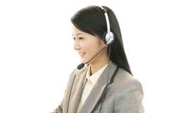 Работая оператор центра телефонного обслуживания стоковое фото