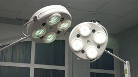 Работая освещение театра хирургии отделения скорой помощи в больнице для того чтобы позволить хирург увидеть хорошо в деятельност видеоматериал
