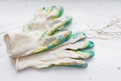 Работая перчатки на белизне Стоковые Изображения