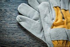 Работая перчатки на взгляд сверху деревянной доски Стоковая Фотография