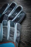Работая перчатки на винтажной деревянной доске Стоковое Фото