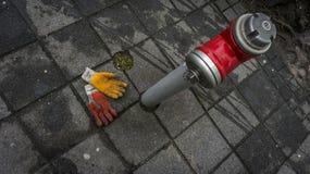 Работая перчатки на плитках города к красному огню вытягивают шею Стоковые Фото