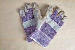 Работая перчатки на старой бумаге Стоковые Фотографии RF