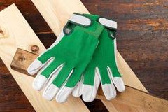 Работая перчатки на таблице Стоковое Фото