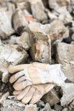 Работая перчатки с большим молотком над руинами Стоковые Изображения RF