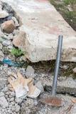 Работая перчатки с большим молотком над руинами Стоковое Изображение