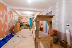 Работая процесс восстановить комнату от деревянной платформы, электрических кабелей и конструкционных материалов в квартире стоковые изображения rf