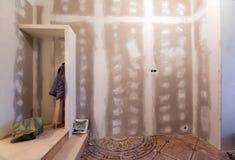 Работая процесс восстановить комнату с установкой гипсокартона или штукатурной плиты и лестницы гипса с конструкционными материал стоковые изображения rf