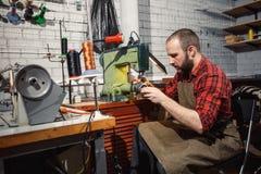 Работая процесс в кожаной мастерской Tanner в старой дубильне Стоковые Изображения
