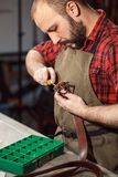 Работая процесс в кожаной мастерской Tanner в старой дубильне Стоковое Изображение RF