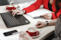 Работая процесс Дизайнеры работают с ноутбуком и документацией на внутреннем проекте стоковые фото