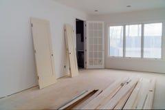 Работая процесс для нижних конструкции, remodeling, реновации, расширения, восстановления и реконструкции стоковое изображение