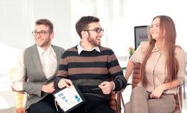 Работая процесс, команда дела работая в современном офисе Стоковые Изображения