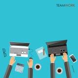 Работая процесс концепции команды дела Руки используя компьтер-книжки W Стоковая Фотография