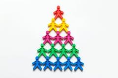Работая символ пирамиды покрашенных людей на белой предпосылке Стоковые Фото