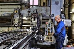 Работая управления оператора машины обрабатывать металла стоковые фотографии rf