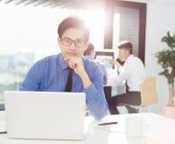 работа бизнесмена в офисе на компьютере стоковое изображение rf
