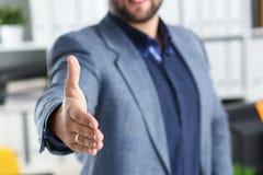 Работа бизнесмена в офисе одалживает крупный план руки вперед Стоковое Фото