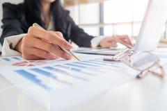 Работа бизнесмена на столе, ноутбуке, стеклах, обработке документов стоковое фото rf
