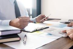 Работа бизнесмена с компьютером на таблице в конторской работе с pape Стоковые Фото