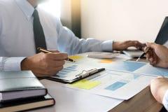 Работа бизнесмена с компьютером на таблице в конторской работе с pape Стоковые Изображения