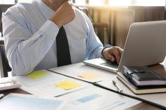 Работа бизнесмена с компьютером на таблице в конторской работе с pape Стоковое фото RF
