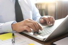 Работа бизнесмена с компьютером на таблице в конторской работе с pape Стоковое Изображение RF