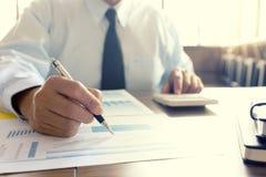 Работа бизнесмена с компьютером на таблице в конторской работе с pape Стоковые Фотографии RF